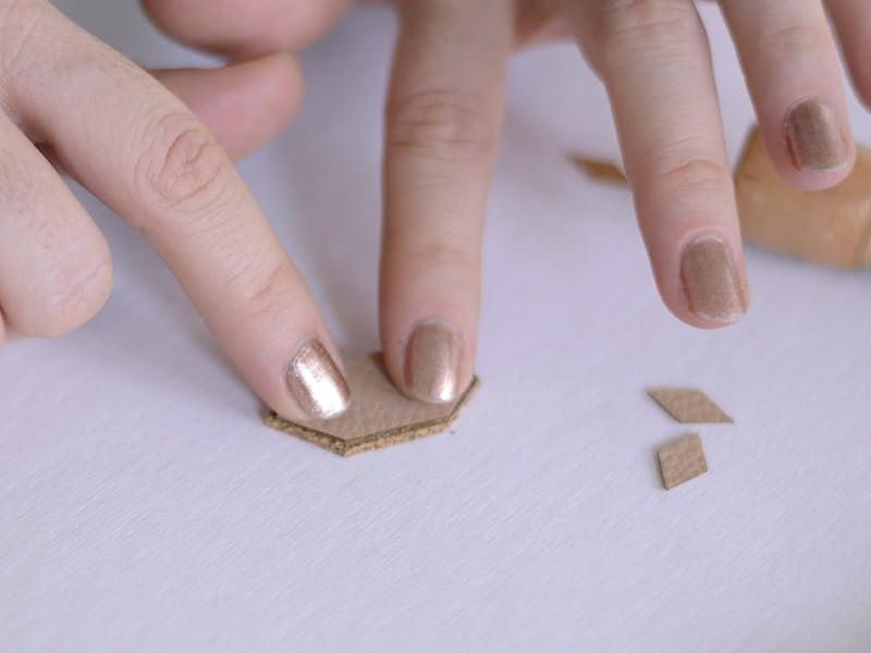 Collez ensuite par dessus un morceau de cuir qui fait presque la même taille.