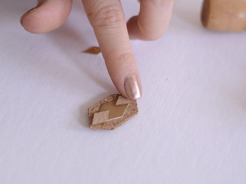 Sur l'endroit, collez d'autres morceaux de cuir et de papier pailleté pour obtenir le motif qui vous plaît.