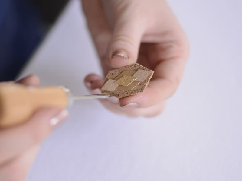 A l'aide d'une alêne, percez des trous aux quatre coins de la forme.
