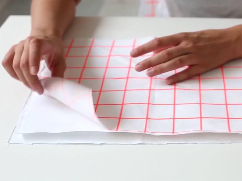 Coupez vos 3 tissus à la taille souhaitée. Placez la toile Aïda entre vos deux tissus, placés envers contre envers.