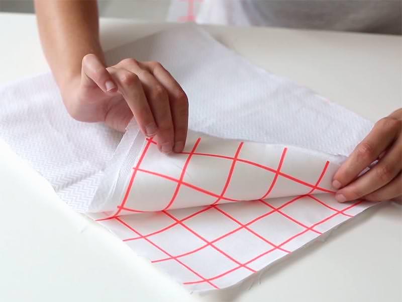 Pliez vos tissus en deux, endroit contre endroit, afin de réaliser la 1ère couture.