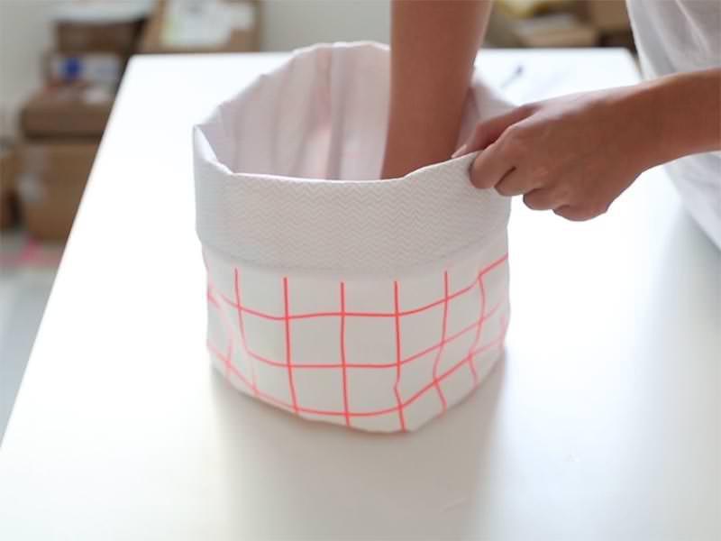 Retournez, mettez en forme, et faites un retour sur le haut du panier afin de faire ressortir votre tissus intérieur.