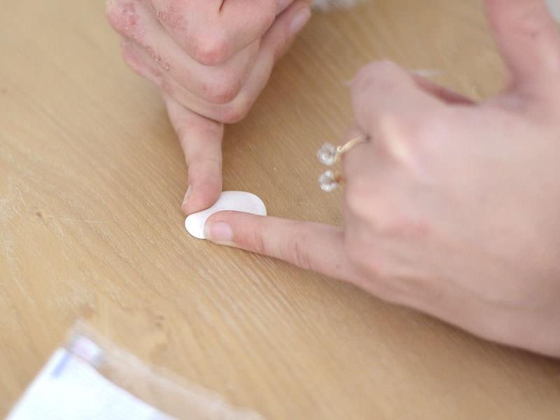 ...puis donnez-lui la forme de la matriochka en appuyant légèrement avec vos doigts sur les côtés.