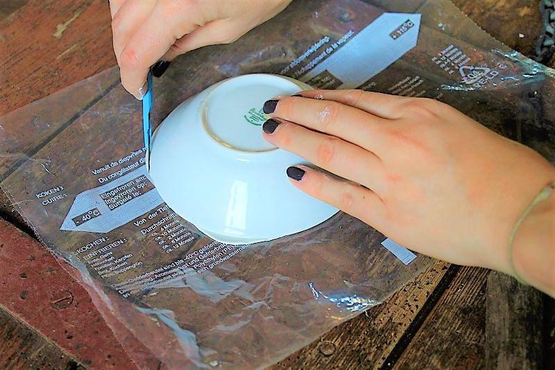 Posez la coupe à l'envers sur la pâte et coupez l'excédent de pâte avec un scalpel ou un couteau.