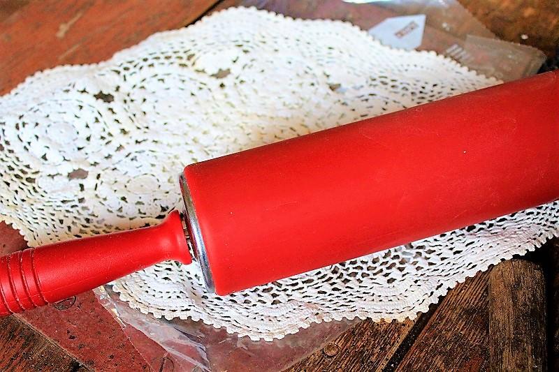 Deposez le napperon en crochet sur la Fimo et roulez le rouleau par-dessus, pour que le motif soit transféré sur la pâte.