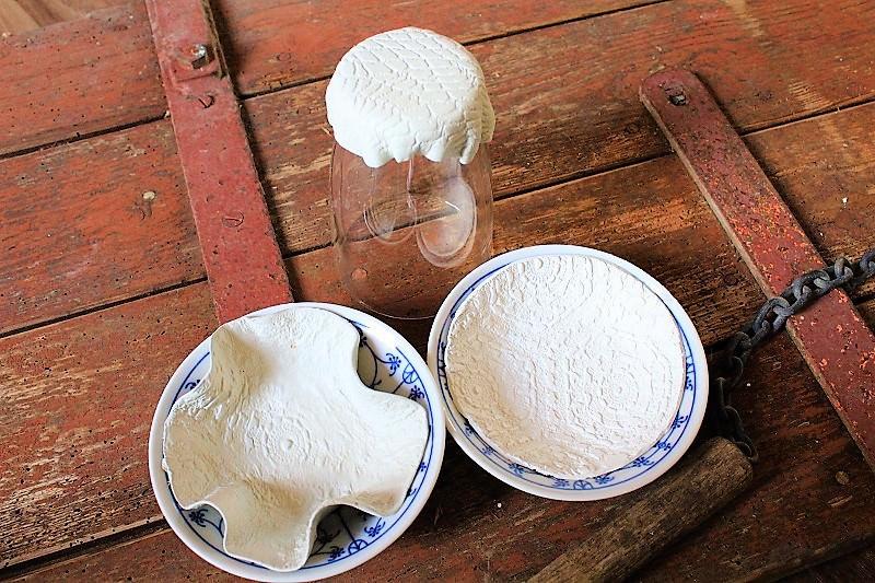 Couvrez l'intérieur de la coupe avec la pâte Fimo. Laissez libre cours à votre imagination pour la forme. Vous pouvez aussi mettre la Fimo autour du fond d'un verre. Le motif se trouvera ainsi à l'extérieur de la coupe.