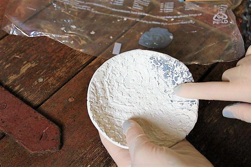 Laissez sécher pendant 24 heures. Appliquez de la peinture acrylique avec les doigts. Je préfère ce procédé car avec un pinceau c'est plus difficile de doser la quantité de peinture et je ne voulais pas peindre toute la coupelle mais seulement le motif.