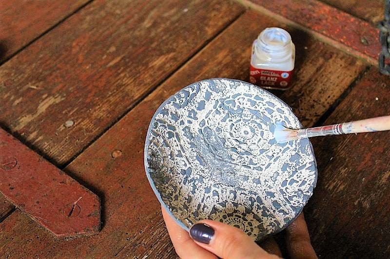 Laissez sécher et vernissez avec du vernis clair (mais pour cet étape je préfère utiliser un pinceau).