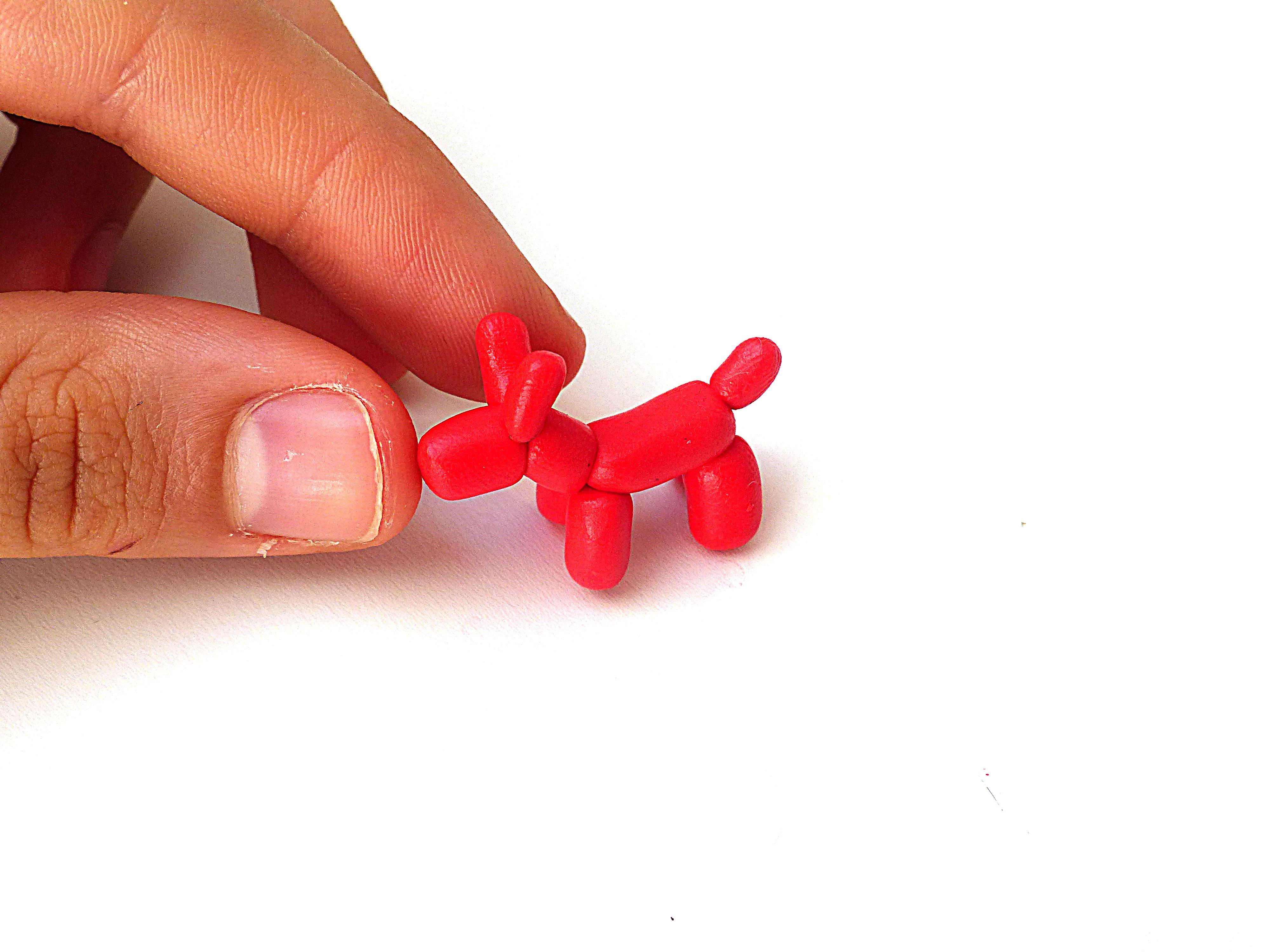 Les deux derniers boudins vont former les oreilles. Il suffit de les attacher au sommet du cou, de chaque coté du museau.