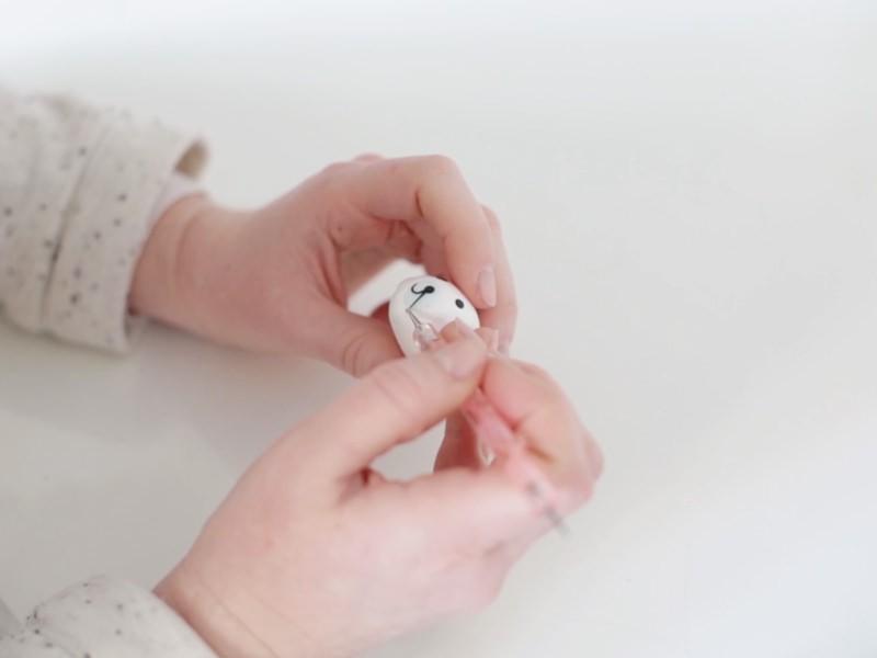 Faire deux boudins très fins et les poser délicatement avec le dotting tool.