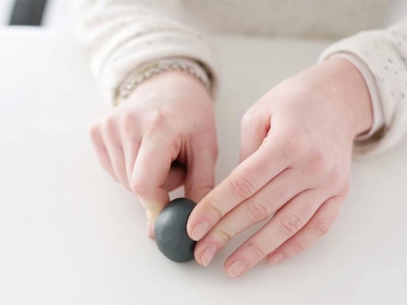 Pingouin: Faire une boule, la travailler pour affiner l'arrière.