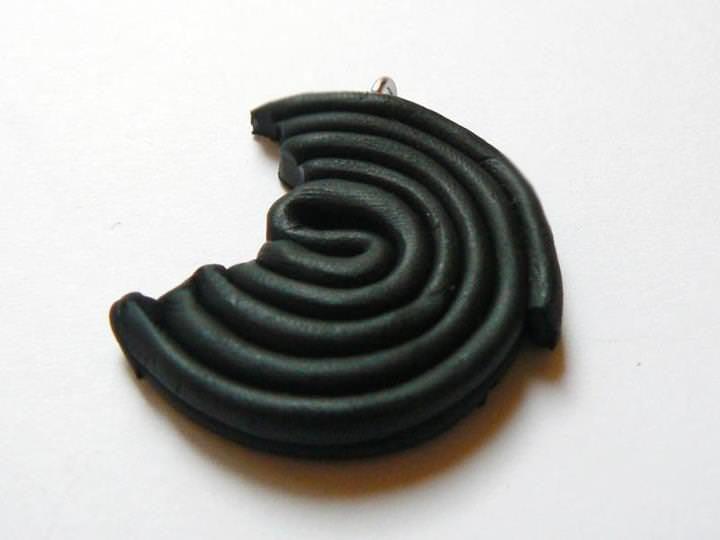 Avant d'enfourner, on n'oublie pas de mettre un piton si on veux porter le réglisse en collier, boucles d'oreilles ou breloques.
