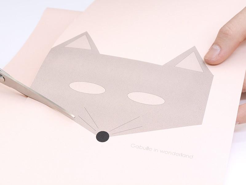 Imprimez et découpez le modèle. N'oubliez pas de découper les trous pour les yeux.