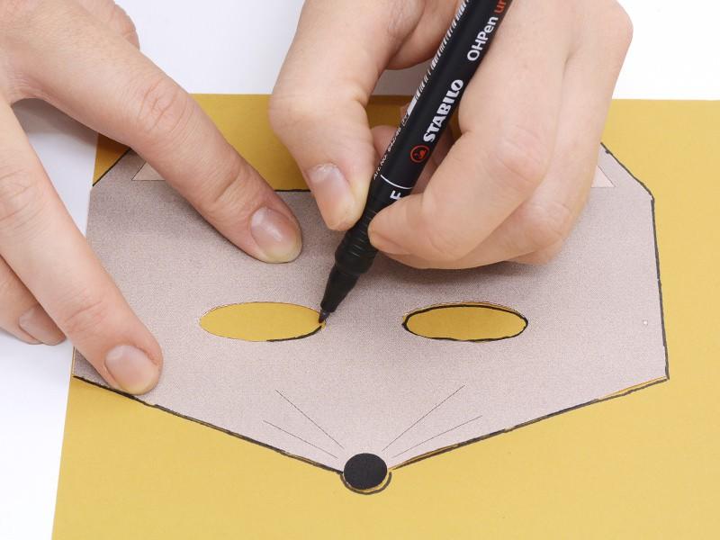 Reportez les contours sur une feuille de papier assez épais.