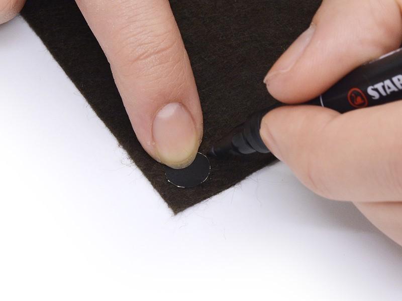 Faites de même avec le rond pour le nez : reportez son contour sur la feutrine marron et découpez.