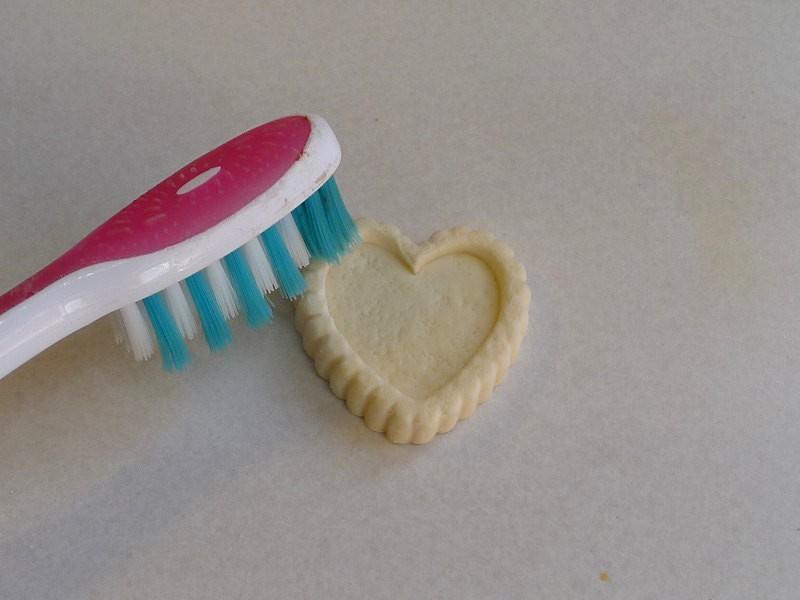 Texturez la surface de la tarte avec une brosse à dents. Tapotez délicatement sur toute la surface.
