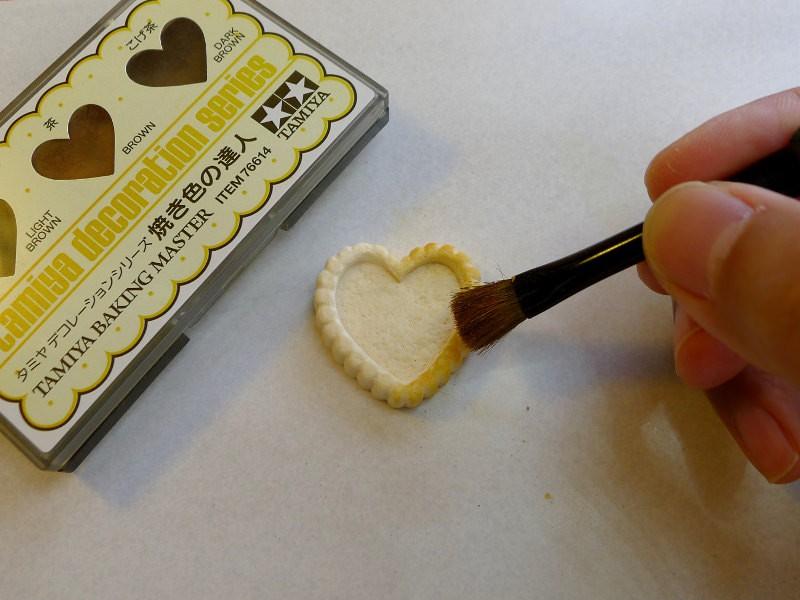 Prenez des pastels pour colorer votre gâteau. Commencez avec la couleur la plus claire, dans ce cas l'ocre. Rajoutez des couches de marron et de marron foncé. Cela donne à votre gâteau l'air cuit.
