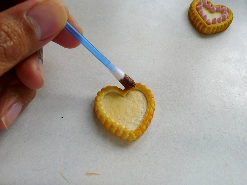 Servez-vous d'encre ou d'acrylique  pour peindre la pâte et la rendre encore plus réaliste.