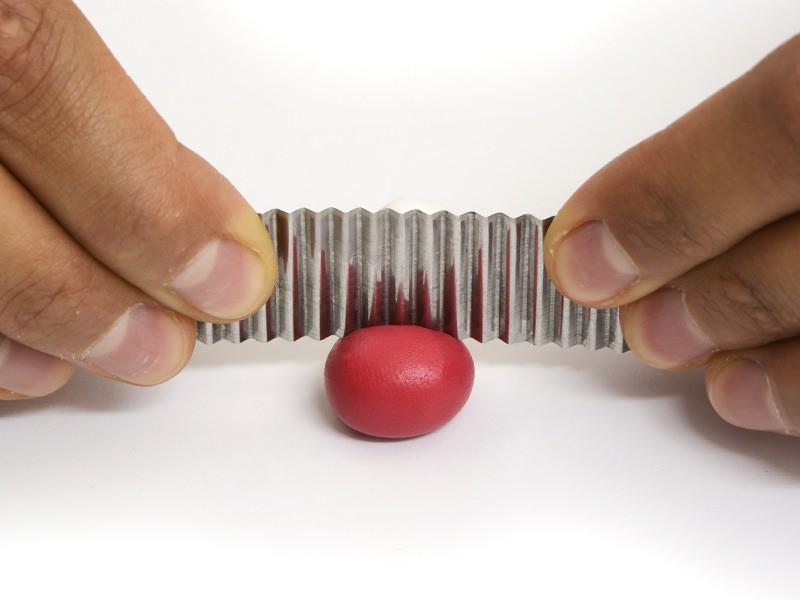 Pour un radis, réalisez une boule de pâte rouge et une boule de pâte blanche, coupez-les avec la lame crantée.