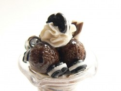 Chocolate ice-cream sundae with biscuits