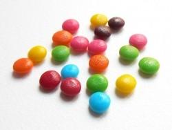 20 petits bonbons colorés