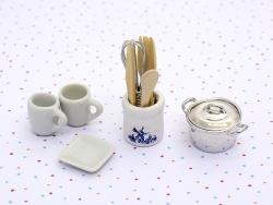 Miniaturküchenutensilien in einem Behälter - 4 cm
