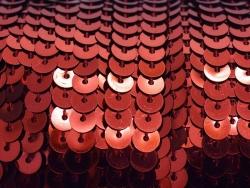 1m ruban sequins 6 x 6 mm - rouge métallisé