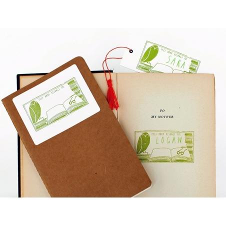 "Acheter Tampon ""This book belongs to"" + Encreur vert + Crayon vert - 19,90€ en ligne sur La Petite Epicerie - 100% Loisirs c..."