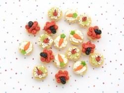1 miniature tart / cupcake - cherry and exotic fruit