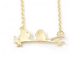 Zarte Halskette mit auf einem Ast sitzenden Vögeln - goldfarben