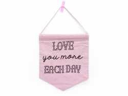 Drapeau fanion en tissus - Love you more each day