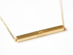 """Zarte, geometrische Halskette mit der Aufschrift """"La vie est belle"""" - goldfarben"""