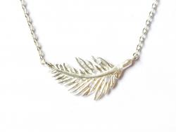 Zarte Halskette mit Feder-/Blattanhänger - silberfarben