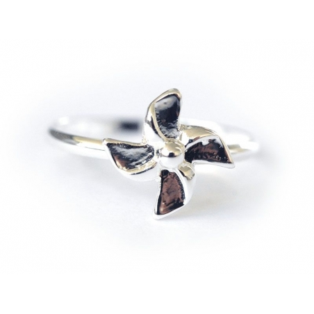 A silver-coloured flower ring