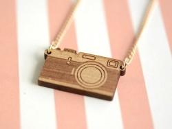Halskette mit Fotoapparatanhänger - aus Holz