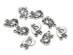 1 dark silver-coloured palette charm