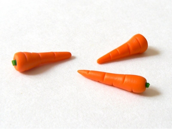 1 very realistic miniature carrot