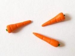 1 sehr echt wirkende Miniaturkarotte
