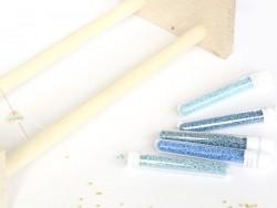 Röhrchen mit 1.100 Rocailleperlen - Miyuki Delica's 11/0 - helles Pfauenblau, Nr. 2132