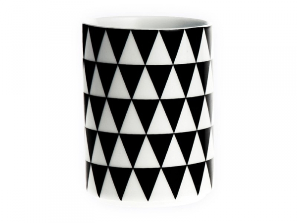 Cup with a geometric design - Black triangles