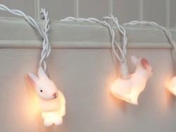 Lichterkette mit kleinen Hasen