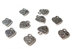 "1 heart-shaped charm bearing the words ""Made with love"" - dark silver"