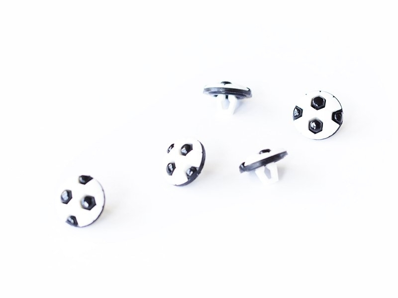 1 button (13 mm) in the shape of a football