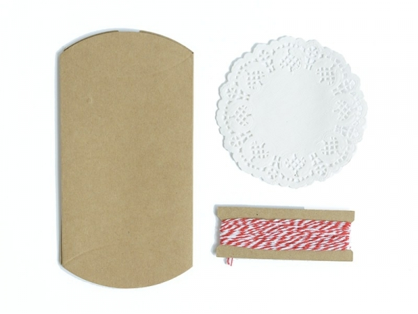 4 gift bags with a doily and a twine - kraft paper
