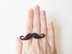 Une double bague moustache Kawaii noire