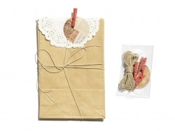 4 gift bags with a doily and a clothes-peg - kraft paper