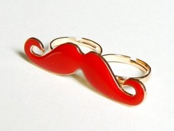 Une double bague moustache rouge