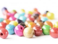 50 perles rondes multicolores en bois vernis - 20 mm