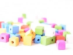 50 perles cubes en bois vernis - 14 mm