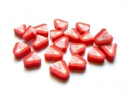 20 perles fraises en pâte polymère